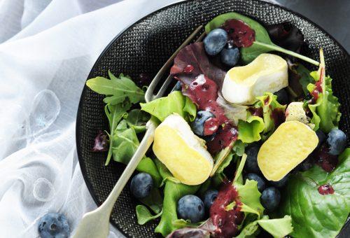 Saláta áfonyával és sült kecskesajttal