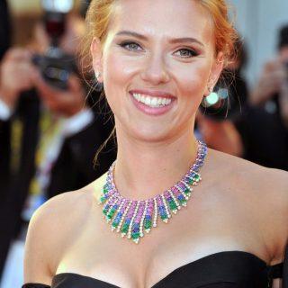 Scarlett Johansson a hangjával játszik