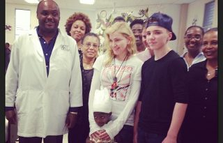 Madonna fiával és Sean Pennel Haitin