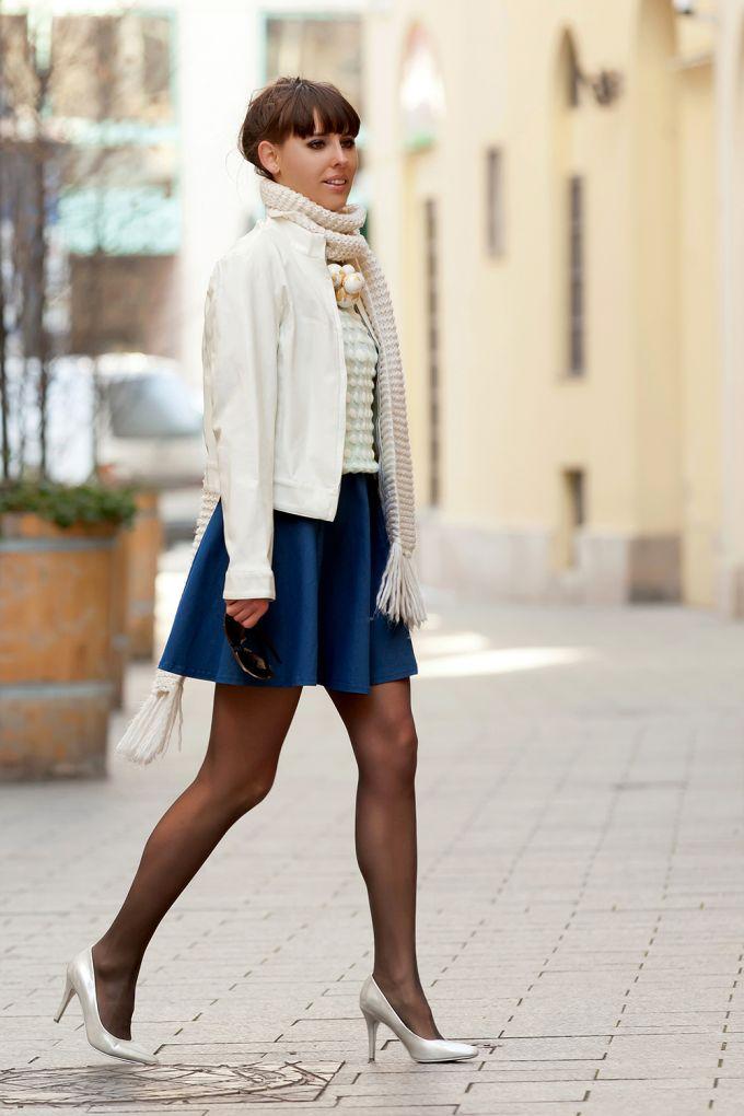 Kötött pulóver bőrdzsekivel átmeneti időjárásra