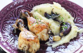 Kakukkfüves csirkecomb lilahagymával és paszternákpürével