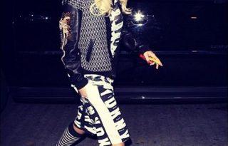 Rita Ora és a retró papucs