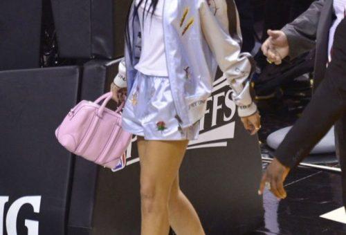 Rihanna virágos kalapban, sörrel