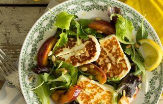 Laktató és egészséges – saláta grillezett halloumi sajttal