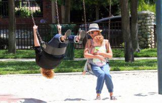 Jessica Alba és kislánya a nagymamával hintázott