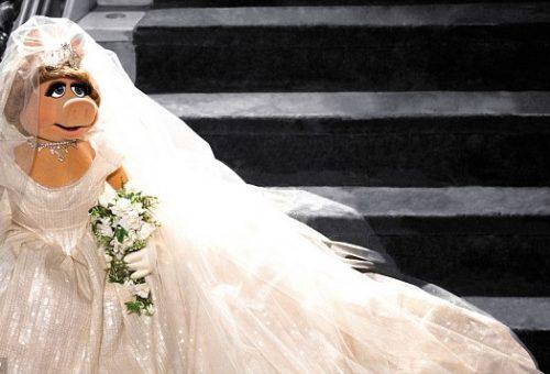 Kiállították Miss Röfi esküvői ruháját