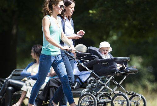 A kis György herceg élvezi a sétát a parkban