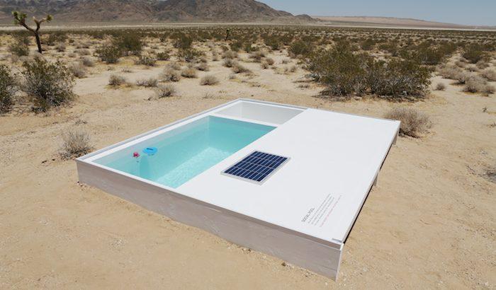 Közösségi medence a sivatag közepén