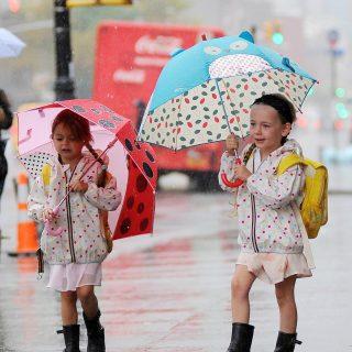 Stílusosan esőben is – a legcukibb sztárgyerekek