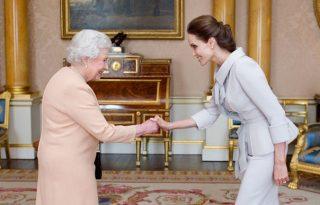 II. Erzsébet királynő kitüntette Angelina Jolie-t