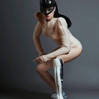 Futurisztikus műlábakkal táncol Viktoria Modesta első videoklipjében