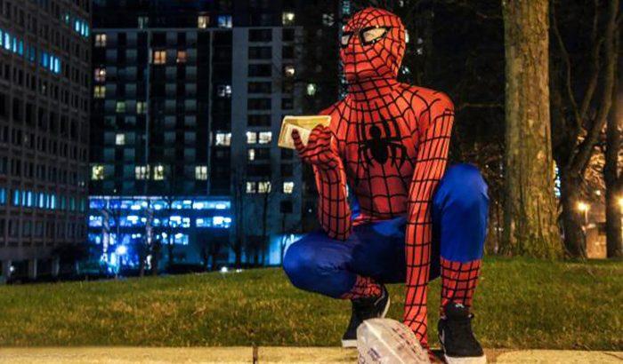 Mindenki lehet hős – hajléktalanoknak oszt ételt a birminghami pókember