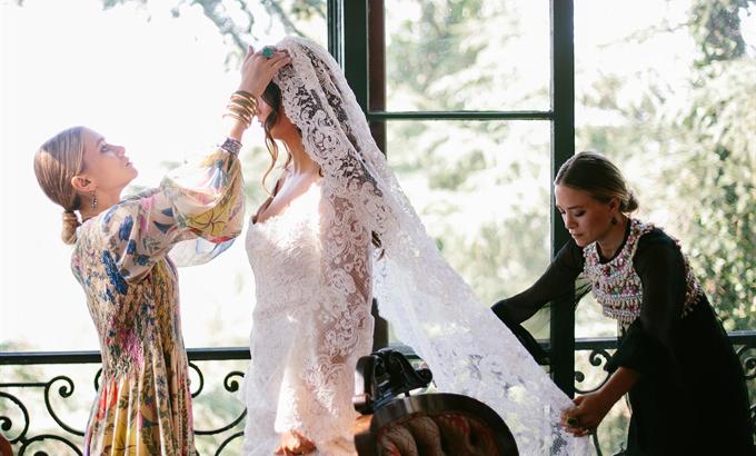 Az Olsen-ikrek esküvői ruhát terveztek