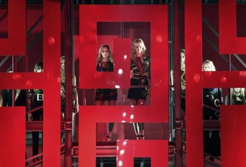 A Versace is belépett a digitális korba új kollekciójával