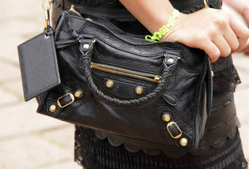 Megőrültek az emberek a kedvezményes árú Balenciaga-táskáért