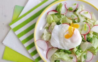Szépítő húsvéti saláta, buggyantott tojással