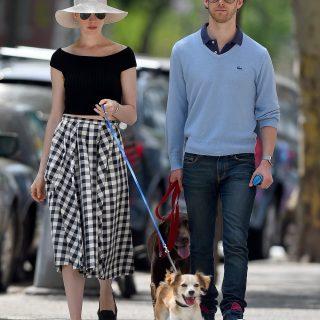 Ki tud ennél stílusosabban kutyát sétáltatni?