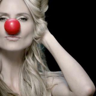 Heidi Klum bohócorral segít a gyerekeknek