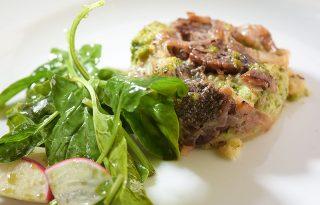 Brokkolis-pekándiós quiche, tökmagolajos friss salátával