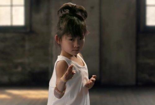 A feketeöves kislány mindenkit leiskoláz egyenjogúságból