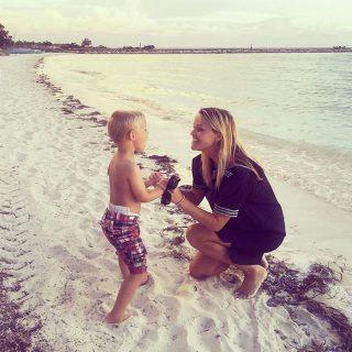 Reese Witherspoon és kisfia imádják a tengerpartot