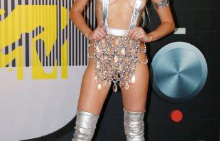 Miley Cyrus alig ruhában, Taylor Swift modellek gyűrűjében