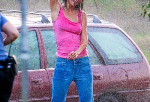 Katie Holmes a filmes esőt is élvezi