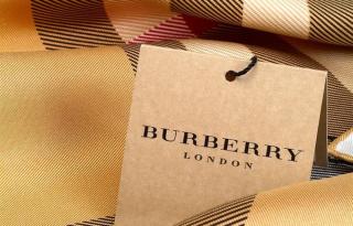 Tervezd meg a saját Burberry sáladatat!
