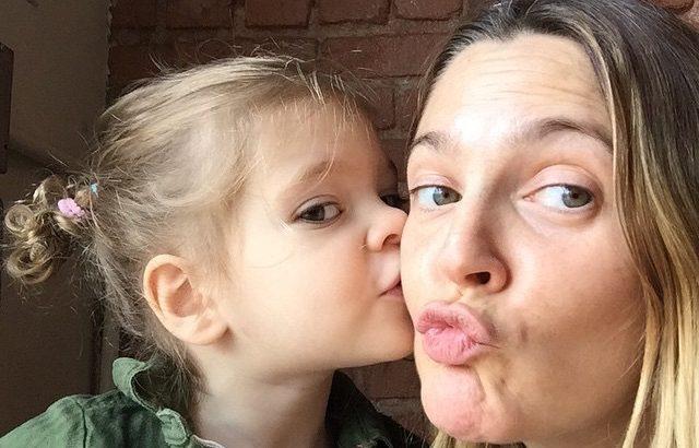 Édes fotók Drew Barrymore-ról és tündéri lányairól
