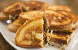 Grillezett sajt karamellizált hagymával Tiffani Thiessentől