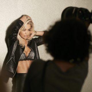 Rita Ora elképesztően dögös a Tezenis új kampányfotóin
