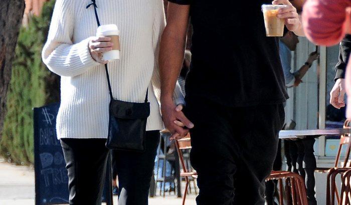 Sandra Bullock és új barátja kéz a kézben