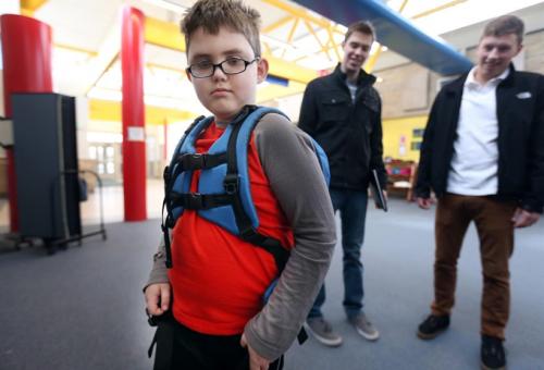 Autista gyerekeknek terveztek hátizsákot