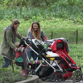 Drew Barrymore gyerekeivel mókázott a parkban
