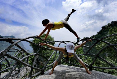 Napüdvözlés a magasban – így csinálják a merész jógaőrültek