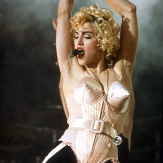 Elárverezik Madonna ikonikus arany body-ját