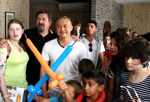 100 szegény gyermek ebédelt a kínai szakácsnál
