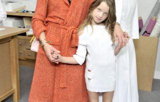 Milla Jovovich kislányával a Chanel backstage-ben