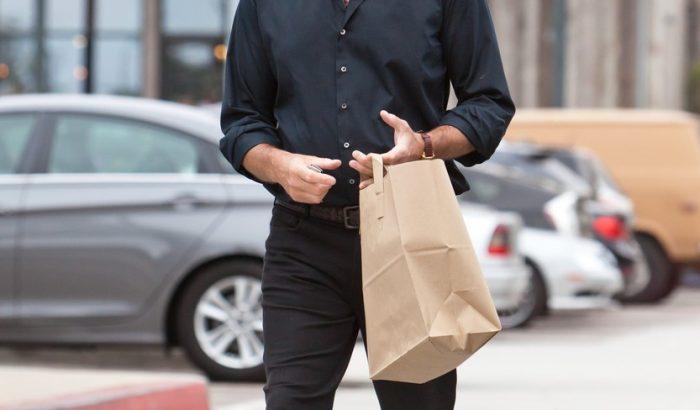 Pierce Brosnan 63 évesen is vonzó
