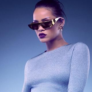Rihanna futurisztikus napszemüvege