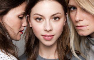 Három fiatal színésznő a kulisszák mögött
