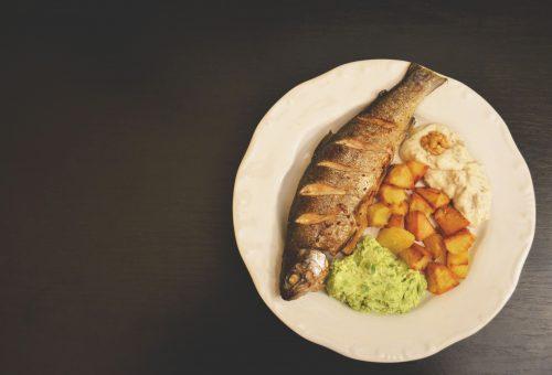 Grillezett pisztráng fetás zöldborsókrémmel és diós tormakrémmel