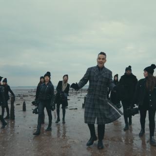 Robbie Williams szereti, ha sok nő filmezi