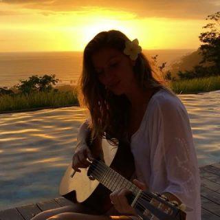 Gisele Bündchen dalra fakadt a naplementében