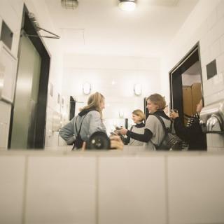 Jelenetek a női mosdóból – bemutatjuk a Tükröm, tükröm című minidoksi-sorozatot