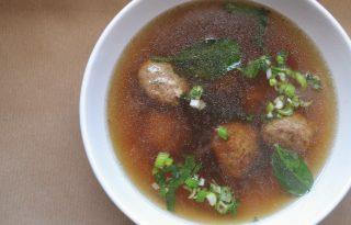 Melengető húsgombócos keleti leves