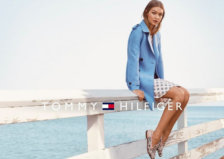 Gigi Hadid a Tommy Hilfigernek tervezett kollekciójában pózol ... 2a65e61409