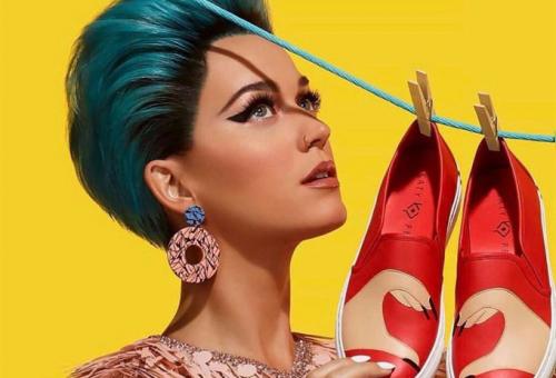 Katy Perry extrém külsővel népszerűsíti extrém cipőit