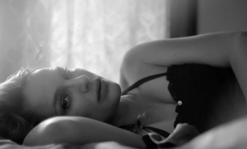 Natalie Portman hatalmas pocakkal úszkál a szívszorító dallamokra