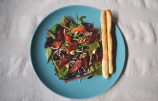 Tavaszi vérnarancs saláta grissinivel